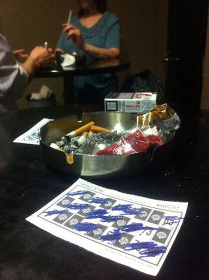 Dos fumadores en un bingo donde se permite consumir tabaco.