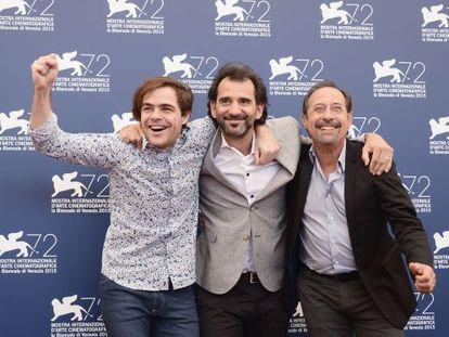 Desde la izquierda, Peter Lanzani, el director Pablo Trapero y Guillermo Francella, hoy en Venecia.