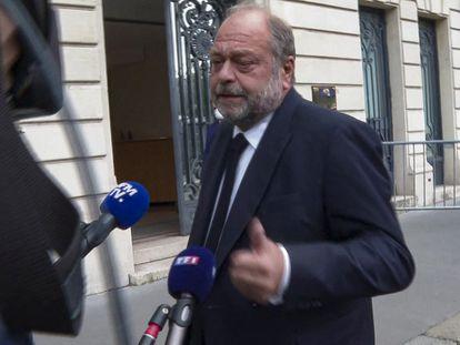 El ministro francés de Justicia, Eric Dupond-Moretti, se dirige a la prensa antes de comparecer ante el Tribunal de Justicia en París este viernes.