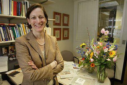 Anne Applebaum, en su despacho de 'The Washington Post', en abril de 2004, después de ser galardonada con el Premio Pulitzer.