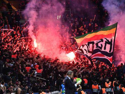 Ultras del PSG encienden bengalas durante el partido contra el Estrella Roja este miércoles.