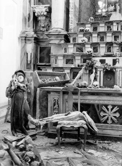 Altar mayor de una iglesia de Toledo tras ser profanado en 1936.