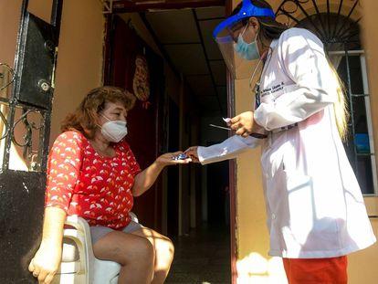 Una mujer recibe un medicamento como parte de la campaña de desparasitación del municipio de Guayaquil, Ecuador.