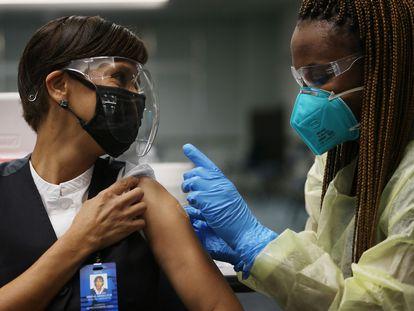 Una empleada de Aeroméxico recibe una vacuna Pfizer en el Aeropuerto Internacional de Miami, en mayo de 2021.