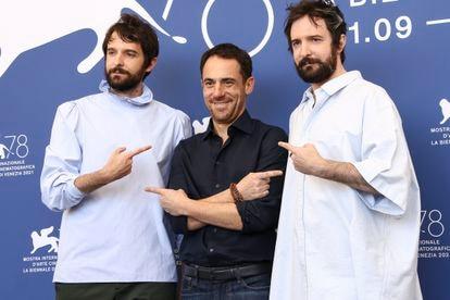 Los gemelos Damiano (izquierda) y Fabio D'Innocenzo, con el actor Elio Germano, antes de la proyección de 'América Latina'.