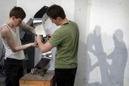 Dos profesionales trabajan en uno de los prototipos creados durante el Smart Geometry.