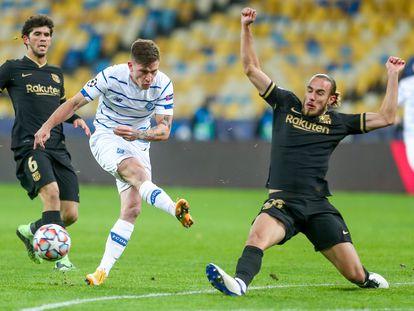 Mingueza desvía un disparo del delantero del Dinamo Kiev.