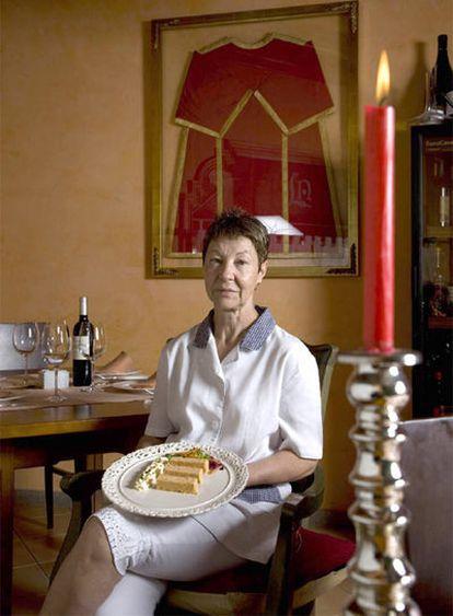 Juana Iglesias, con el pastel de cabracho, en su restaurante La Abadía de Nigrán.