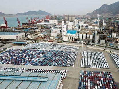 Coches de exportación en el puerto de Lianyungang (China), a comienzos de abril.