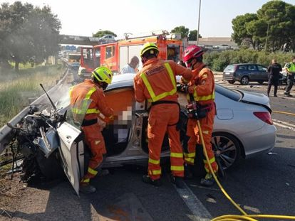 Tres bomberos intervienen en un accidente en Manises, Valencia, este martes.