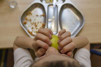 Un niño en el comedor de un colegio catalán.