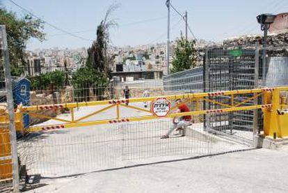 Los palestinos deben cruzar a diario los 'chekpoints' para acceder a las zonas designadas por Israel. En cada control pueden cacheados, negada la entrada o salida y sufrir una detención.
