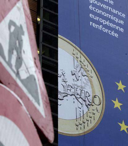 Cartel de la Cumbre europea con la imagen de la moneda.