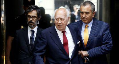 Álvaro Lapuerta, en el centro, con su hijo y su abogado el pasado julio.