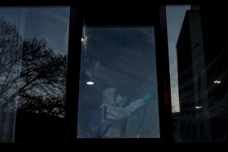 Un hombre realiza labores de desinfección en la residencia de mayores de San Carlos de Celanova (Ourense).