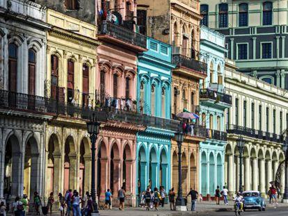 Coloridos edificios con columnas en sus soportales en La Habana.