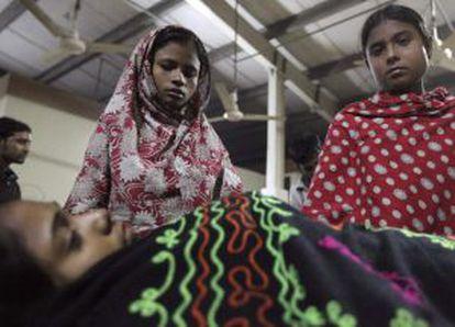 Compañeras de trabajo velan a Asma, trabajadora que murió en el incendio de la fábrica.