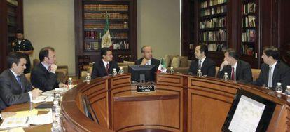Felipe Calderón (centro), y el presidente electo, Enrique Peña Nieto (centro izquierda), hablan sobre la situación y los retos económicos de México, durante su cuarto encuentro para revisar los avances de la transición gubernamental
