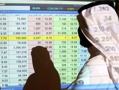 Un saudí observa la cotización de la Bolsa en un banco de Riad.