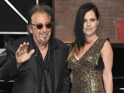 Al Pacino y Meital Dohan, en Los Ángeles, el pasado octubre.