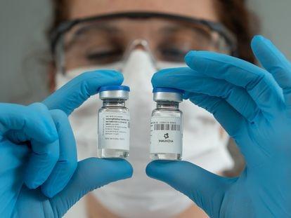 Viales del suero hiperinmune con anticuerpos neutralizantes contra la covid-19 en el laboratorio de Inmunova, en Buenos Aires.