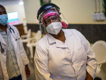 La enfermera Asnath Masango, de 56 años, espera a un paciente en el centro de salud Ndlovu Care Group, en Elandsdoorn, a 200 kilómetros al noreste de Johannesburgo (Sudáfrica) el jueves 11 de febrero de 2021. El centro de Ndlovu ha estado realizando un estudio de la vacuna Johnson & Johnson para la covid-19 con 602 participantes.
