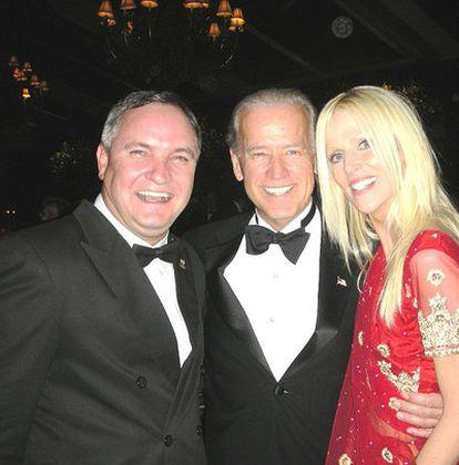 Tareq y Michaele Salahi posan junto al vicepresidente de Estados Unidos, Joe Biden.