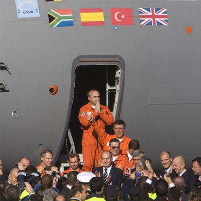 El rey Juan Carlos, en el centro, recibe a la tripulación.