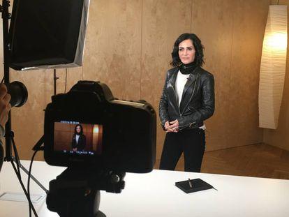 La periodista Lydia Cacho en la grabación de sus módulos de enseñanza virtual.