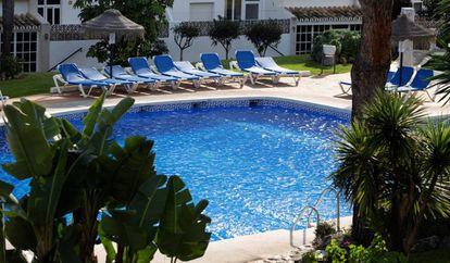 Vista de la piscina del Club La Costa de Mijas (Málaga), donde murieron ahogadas las tres víctimas.