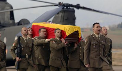 El féretro que traslada los restos mortales del cabo Soria este jueves, a su llegada al aeropuerto de Córdoba.