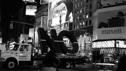 Fotograma de la película <i>NO, Global Tour. The film</i>, de Santiago Sierra.