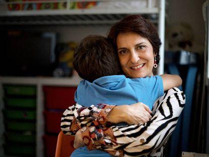 Ana Cardona abraza a su hijo Andrés.