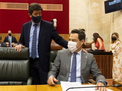 El presidente de la Junta de Andalucía, Juan Manuel Moreno (sentado) y el vicepresidente, Juan Marín en el Parlamento de Andalucía, el pasado 7 de julio.