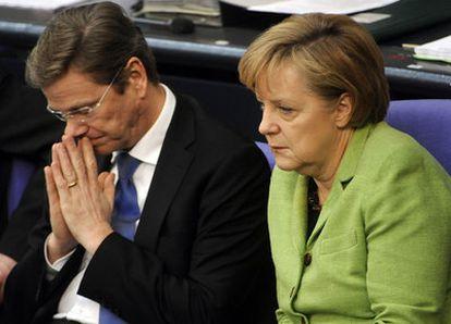 La canciller alemana, Angela Merkel ( d) , y el vicecanciller y ministro de Exteriores, Guido Westerwelle ( i) , durante un debate en el Bundestag, Berlín, en 2010.
