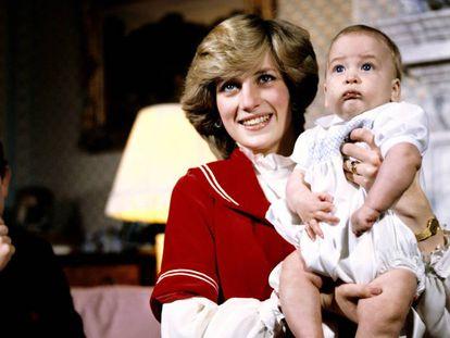 Los príncipes Carlos y Diana con su hijo Guillermo, en diciembre de 1982.