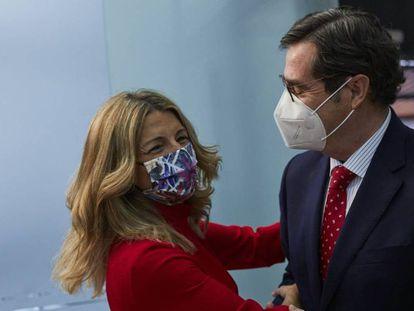 La ministra de Trabajo y Economía Social, Yolanda Díaz, conversa con el presidente de la patronal CEOE, Antonio Garamendi.
