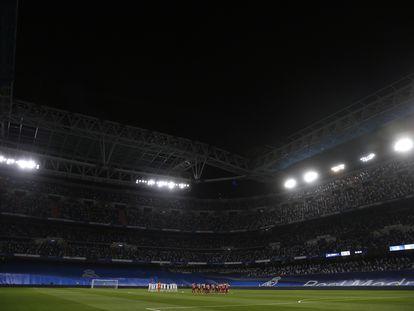 Vista general del Bernabéu durante el minuto de silencio.