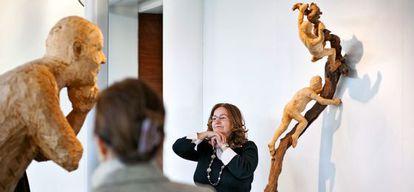 Lourdes López, participante en el programa, junto a una escultura de madera de Álvaro de la Vega.