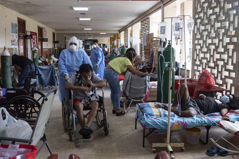 La gestión de los hospitales y el reparto de los bonos en medio de ...