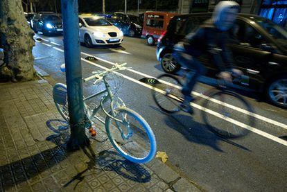 La bicicleta blanca, símbolo en Barcelona de la muerte de una ciclista, arrollada por un camión en ese lugar.