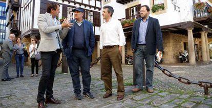 El escritor Federico Moccia, con gorra, en su paseo por Hondarribia, acompañado por el alcalde, Aitor Kerejeta (segundo por la derecha).