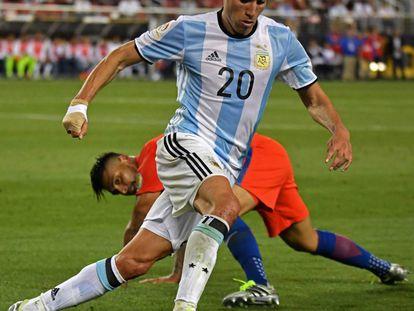 Nicolás Gaitán regatea al chileno Gonzalo Jara, en un partido disputado en la Copa América.