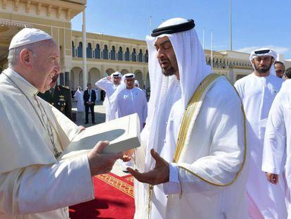 El papa Francisco junto al príncipe heredero de Abu Dabi, Mohammed bin Zayed al Nahyan, en Abu Dabi (Emiratos Árabes Unidos).