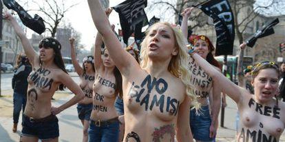 Inna Shevchenko (en el centro) durante la protesta cerca de la embajada de Túnez en París.