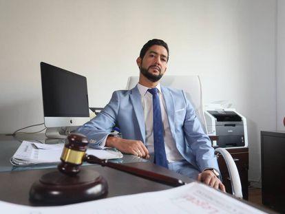 Sidi Talebbuia en su despacho de abogados de Madrid.