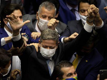 El diputado Arthur Lira celebra su victoria en la elección de presidente de la Cámara de Diputados, el 1 de febrero de 2021 en Brasilia.