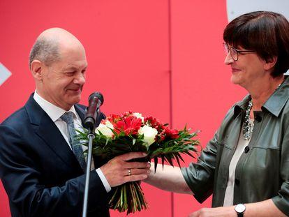 Olaf Scholz recibe un ramo de flores este lunes en Berlín.