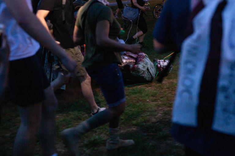 Unos manifestantes arrastran una estatua de Cristóbal Colón, el martes en Richmond (Virginia).