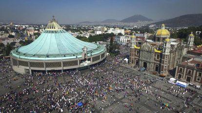 Los fieles se arremolinan en la entrada a la Basílica de Guadalupe, en México.